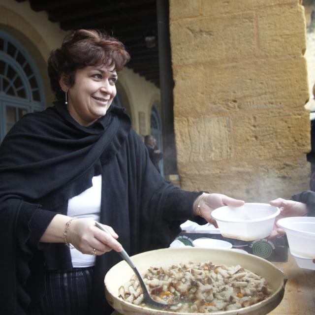 Distributionde soupe de carcasses pendant Fest'Oie à Sarlat