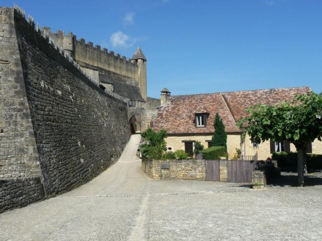 Remparts du château fort de Beynac, vallée de la Dordogne