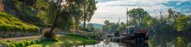 Gabarres à quai sur le port du village de Beynac
