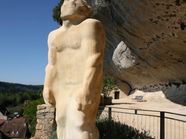 Statue de l'Homme de Cro-Magnon à l'entrée du Musée national de la préhistoire aux Eyzies