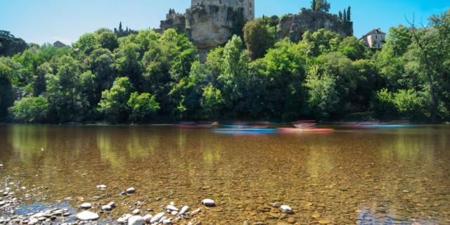 Vue sur le Château de Montfort pendant une descente en canoë sur la Dordogne