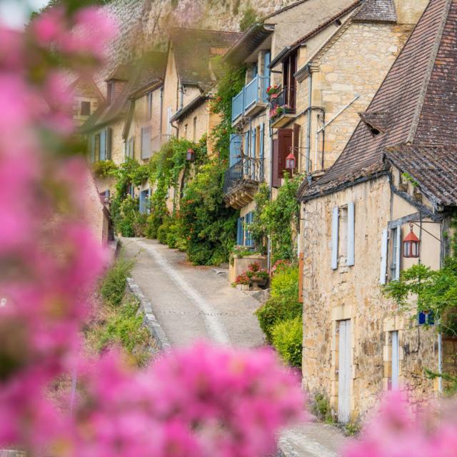 Ruelle fleurie du village de Beynac et Cazenac en Périgord