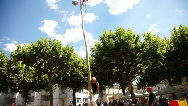 Le mât de cocagne : jeu traditionnel de La Ringueta à Sarlat