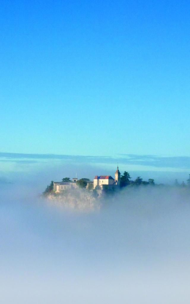 Cité médiévale de Rocamadour dans la brume matinale