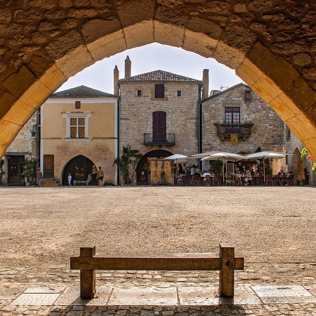 Place centrale de Monpazier depuis les arcades