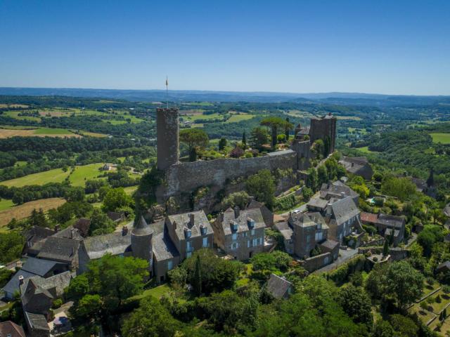 Vue aérienne sur le village de Turenne et son château